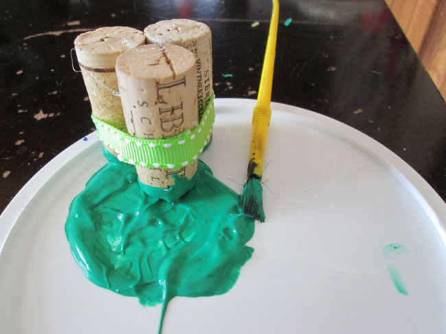 Crafts with wine corks: spring clover for St. Patrick's Day
